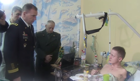 Американский генерал отблагодарил жетонами искалеченных украинских солдат