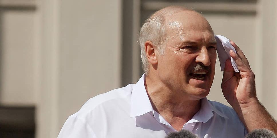 Лукашенко резко ответил Макрону на предложение уйти в отставку