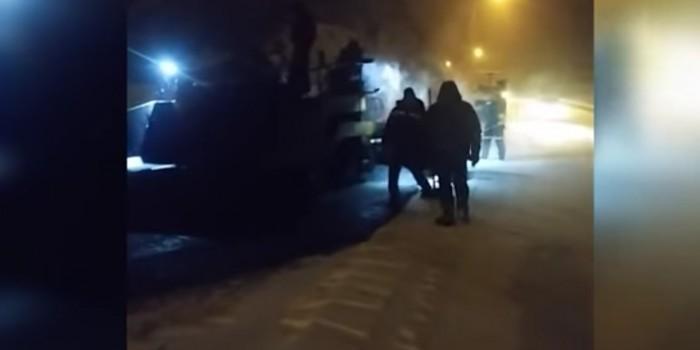 Жители Владивостока засняли традиционную укладку асфальта в снег