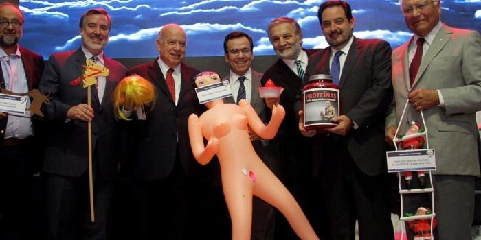 Секс-кукла в руках министра экономики Чили вызвала политический скандал