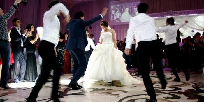 Азербайджанец подает в суд на людей, отказавшихся прийти на его свадьбу