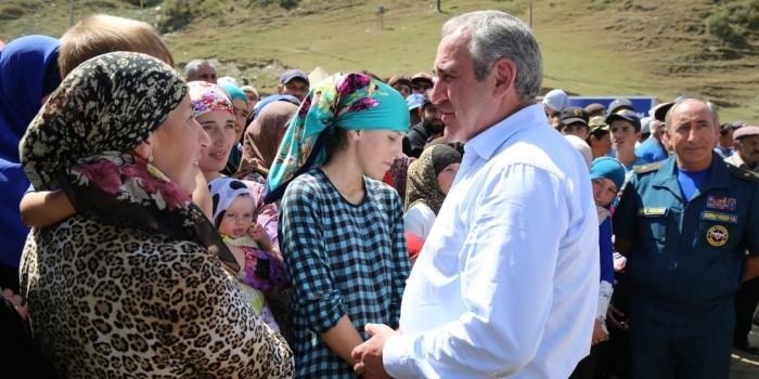 Неверов встретился с погорельцами села Мокок в Дагестане