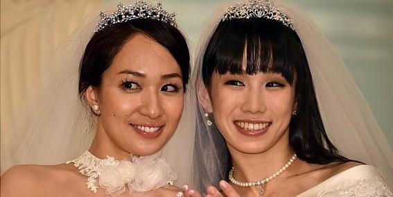 Две японские актрисы устроили свадьбу в поддержку однополых браков