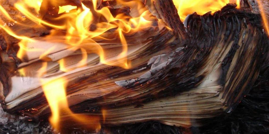 В Канаде начали сжигать книги, признанные оскорбительными для коренных народов