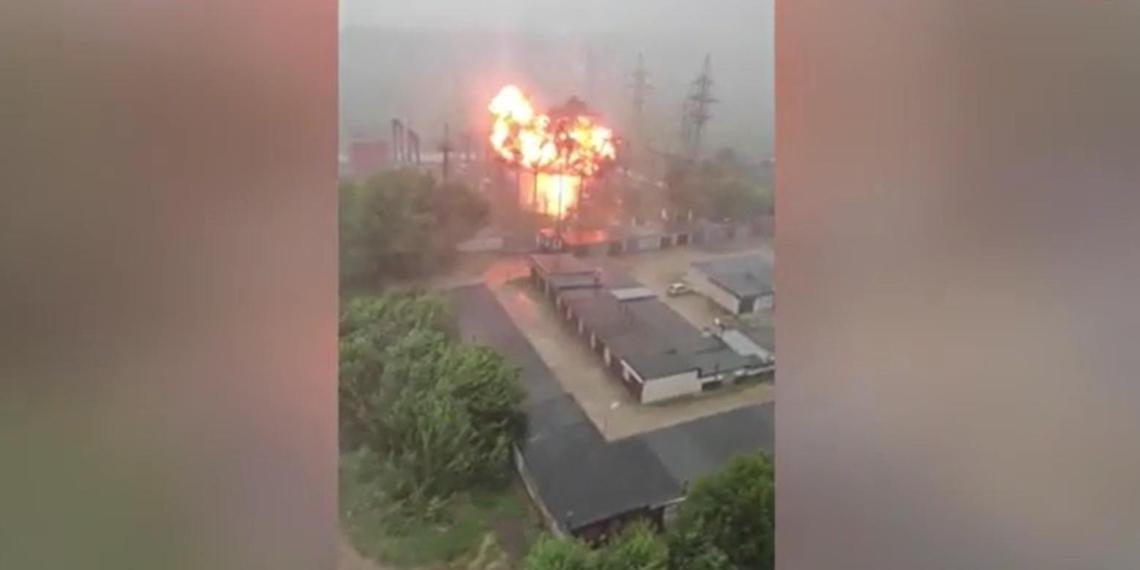 Взрыв трансформатора после попадания молнии сняли на видео в Подмосковье