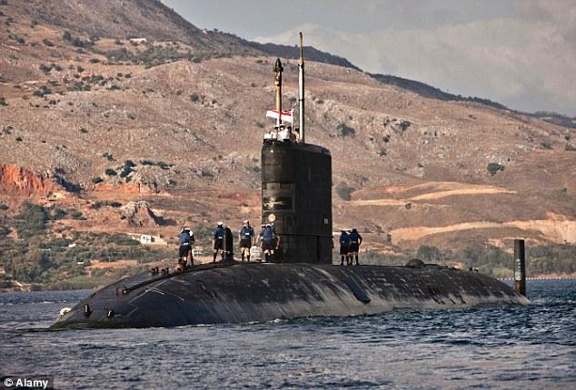 Британская подлодка столкнулась со льдиной при слежке за российскими кораблями