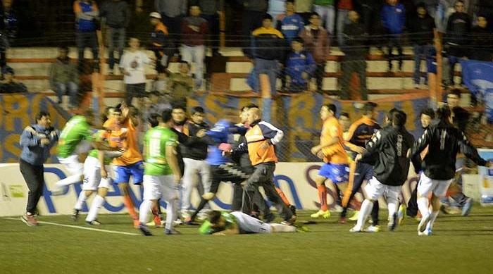 Футбольному побоищу в Аргентине не помешали 12 удалений с поля