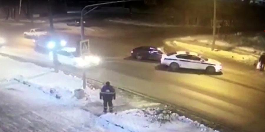Полицейские в Череповце спасли пешеходов от лихача-наркомана, подставив служебную машину