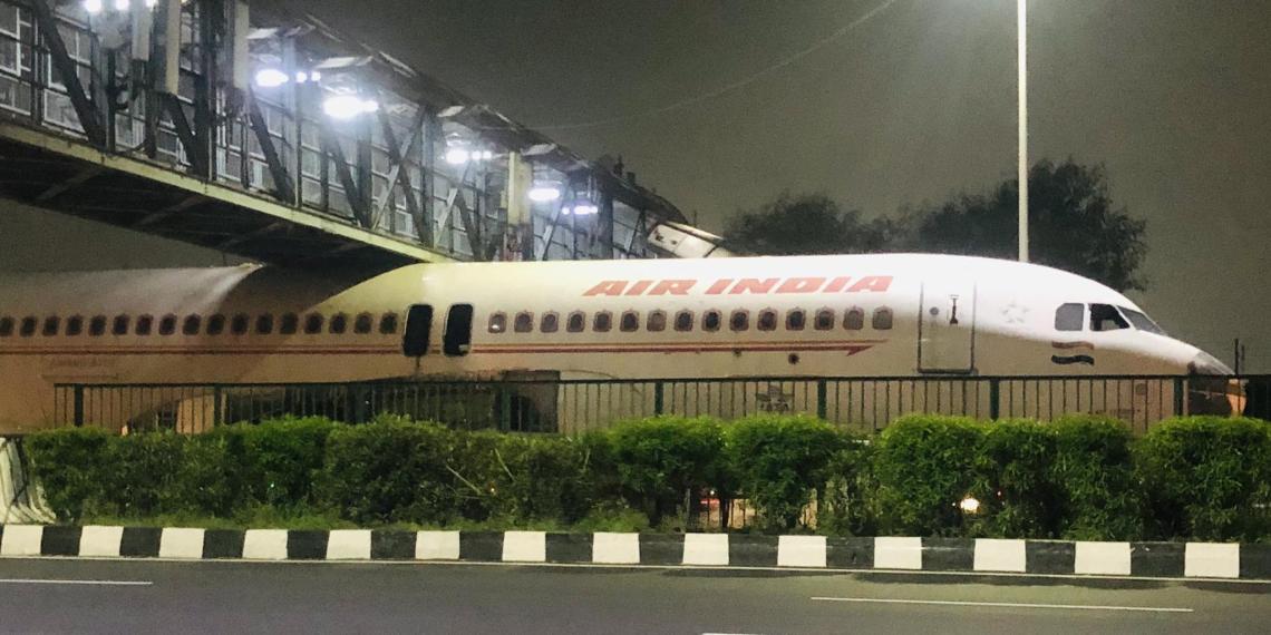В Индии пассажирский самолет застрял под пешеходным мостом
