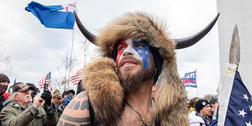"""Американский """"шаман"""", штурмовавший Капитолий, получит до 20 лет тюрьмы"""