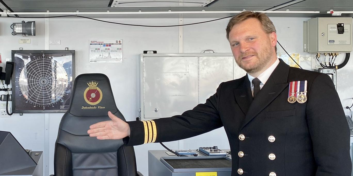 "Капитан эсминца HMS Defender получил медаль ""Защитник Украины"""