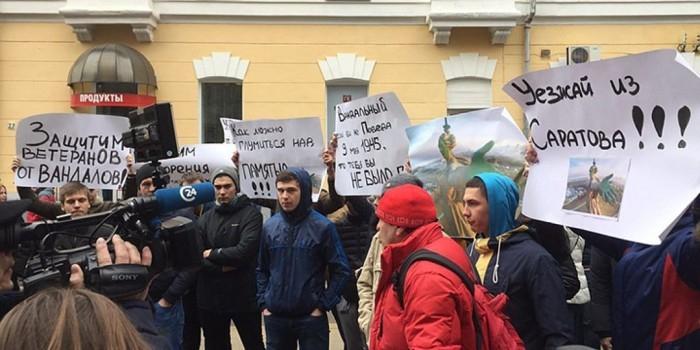 Навальный побоялся выйти к сотням возмущенных саратовцев