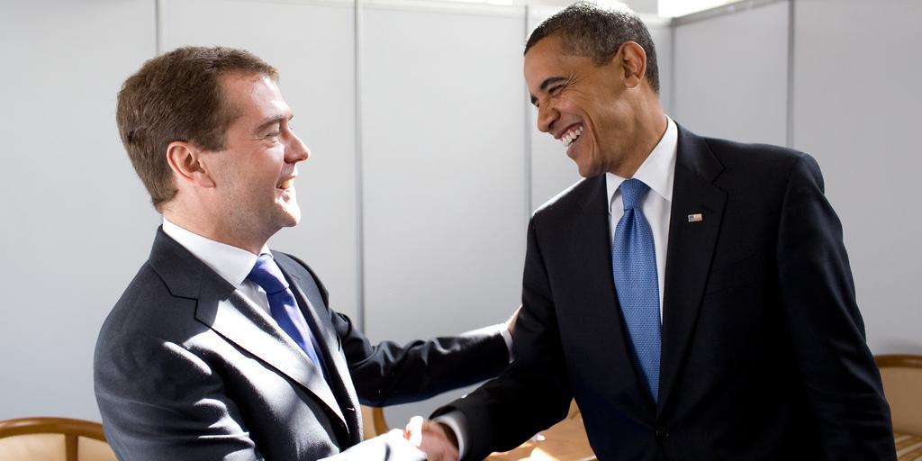 """Медведев пригласил Обаму посмотреть на разорванную в """"клочья"""" Россию"""