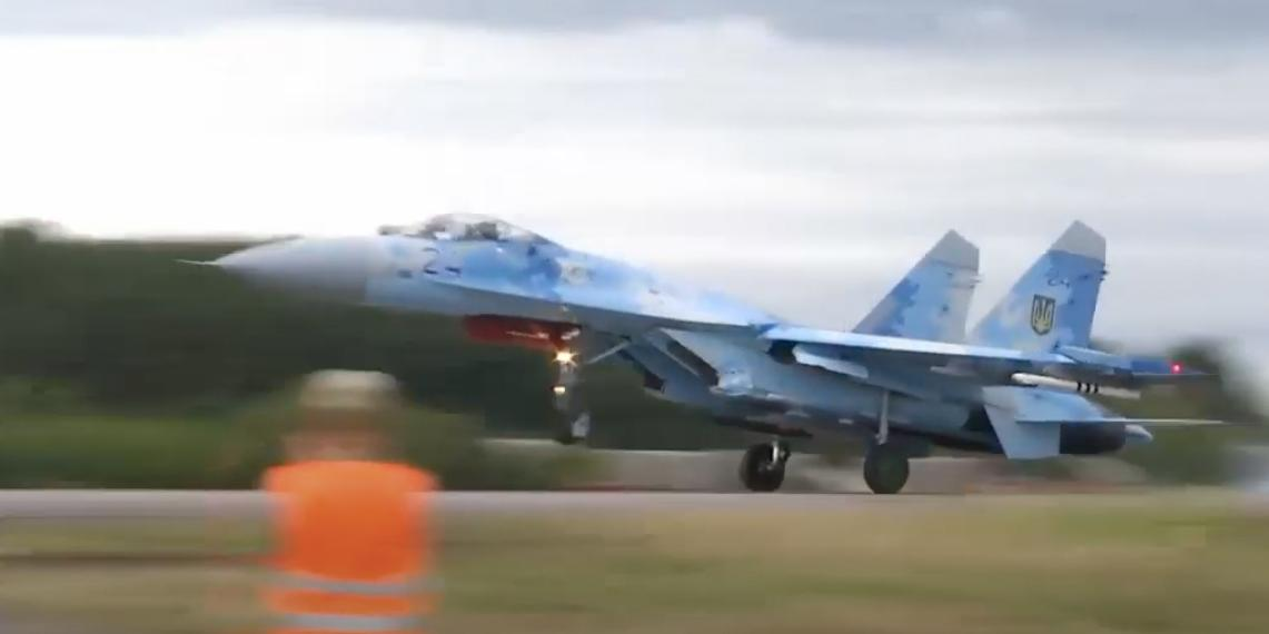 Истребитель ВВС Украины снес дорожный знак и скрылся