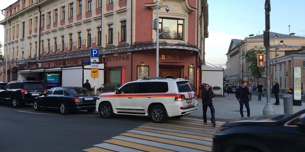 Варламов показал, как московские чиновники используют машины МЧС в качестве такси