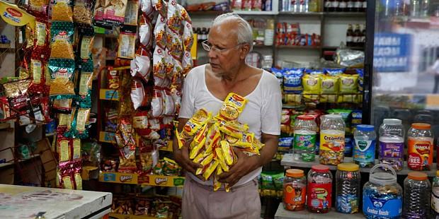Индусы подпольно скупают запрещенную властями лапшу со свинцом