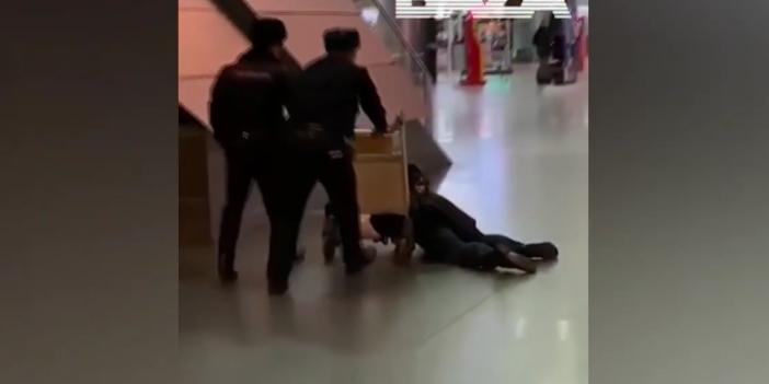 Высокопоставленного чиновника уволили после видео с его дебошем в аэропорту