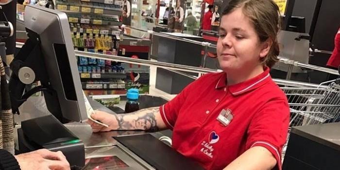 В Чехии уволили кассиршу за татуировку с воротами в концлагерь