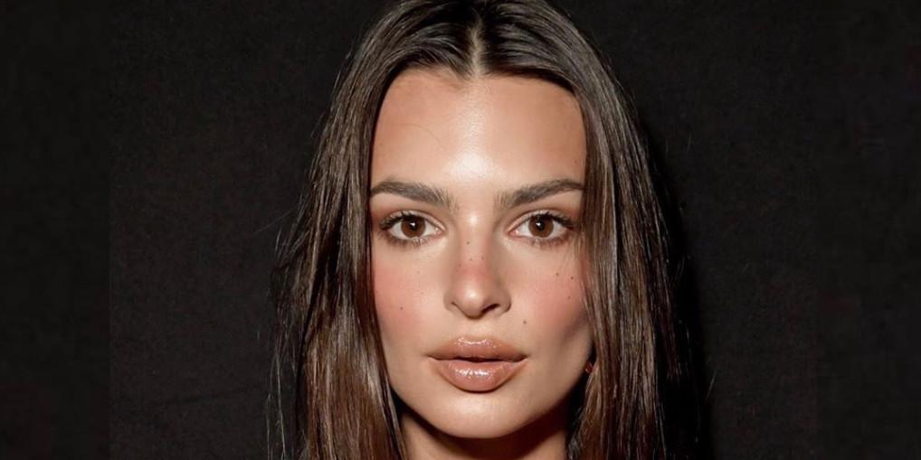 Эмили Ратаковски снялась без трусов и с кофе на гладко выбритом лобке