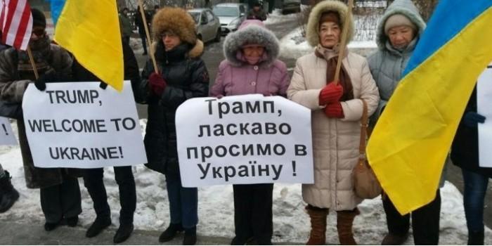 Пенсионерки из Киева пригласили Трампа на Украину плакатами на английском