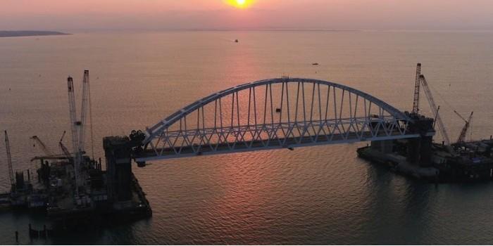Опубликовано видео установки железнодорожной арки Керченского моста