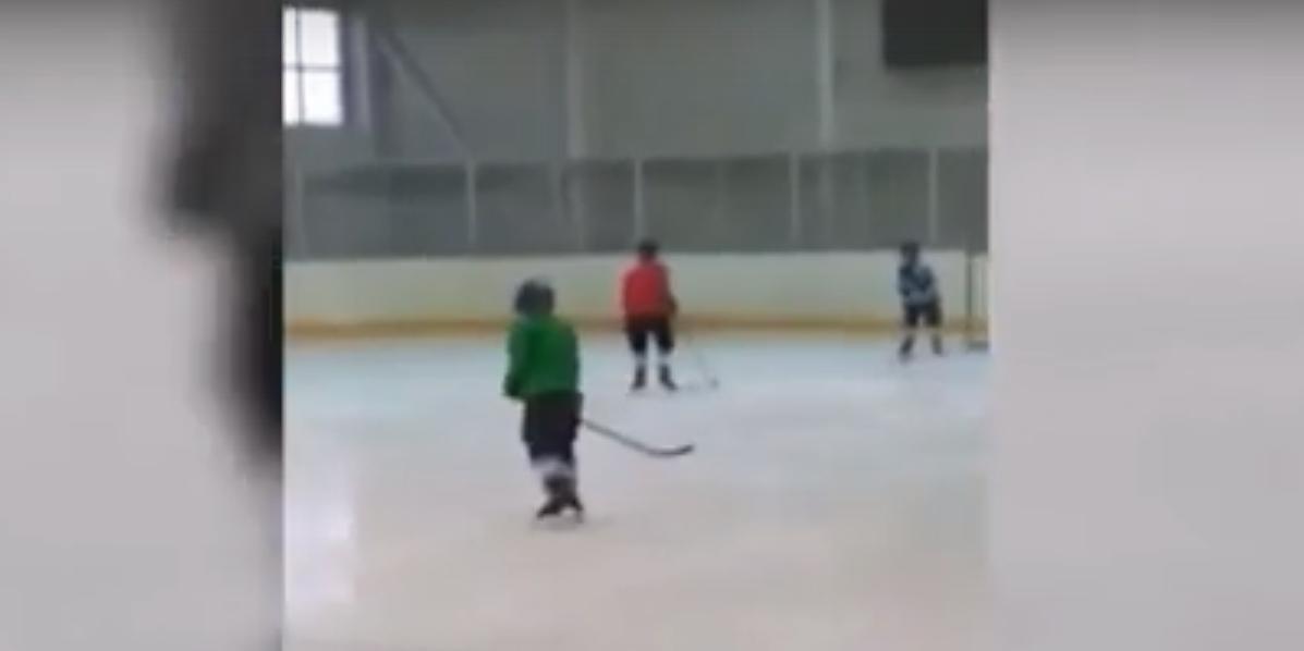Хоккейный тренер обматерил своих маленьких учеников и снял это на камеру