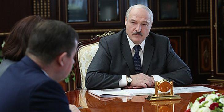 Лукашенко угрожает привлечь к ответственности тех, кто заставляет школьников носить маски
