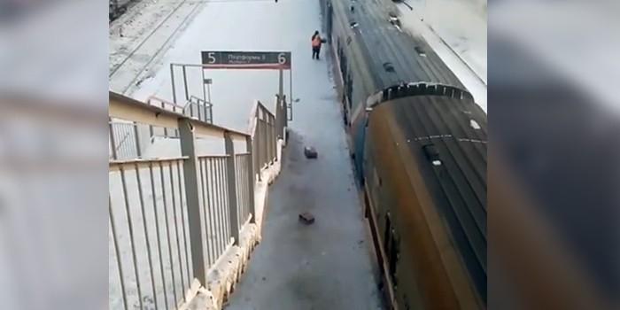 """""""Почта России"""" прокомментировала видео разгрузки почтового вагона на ходу"""
