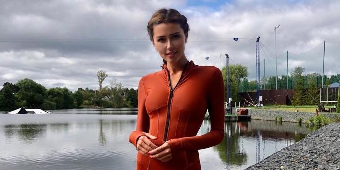 Дочь смертельно больной Заворотнюк выложила горячие фото в облегающем костюме для серфинга