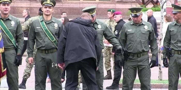 Охрана Порошенко обыскала офицеров ВСУ перед парадом на День независимости