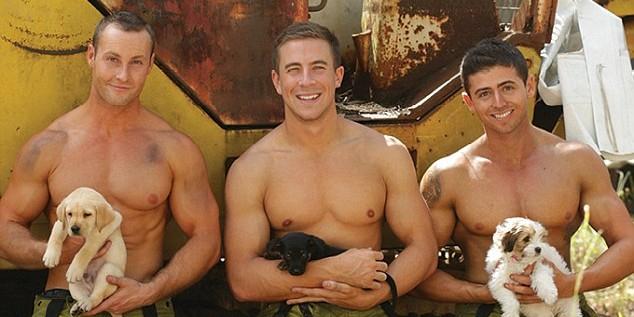 В Австралии выпустили эротический календарь с полуголыми пожарными и щенками
