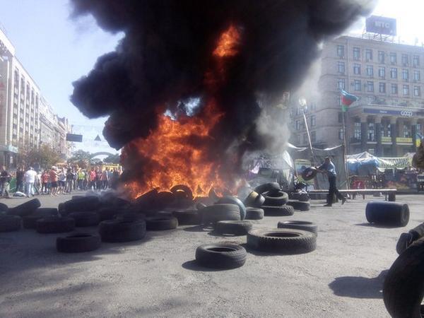 На Майдане снова жгут покрышки