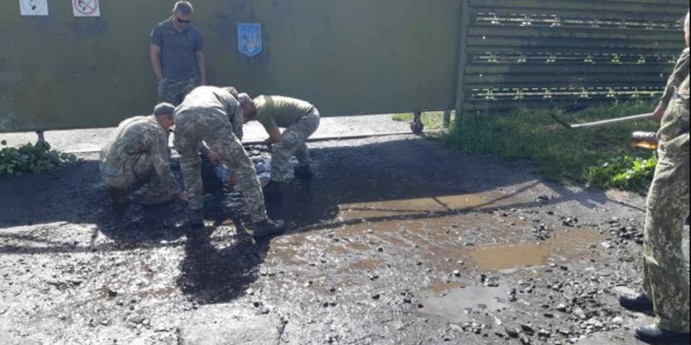 Украинских военных заставили вычерпывать воду из луж перед приездом Зеленского
