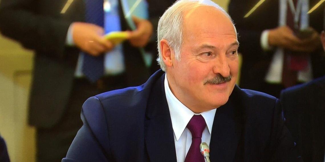 Лукашенко прорекламировал кнопочные телефоны