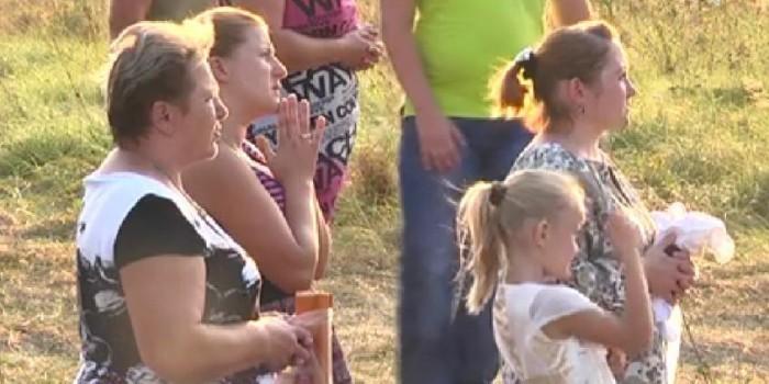Жители села во Львовской области молятся на стеклопакет (ФОТО и ВИДЕО)