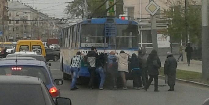 Жителям Омска пришлось толкать сломавшийся троллейбус