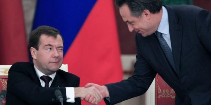 Медведев на ломаном английском поздравил Мутко с днем рождения