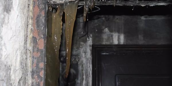 В общежитии под Екатеринбургом продолжают расти фекальные сталагмиты и сталактиты