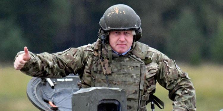 Российские дипломаты сравнили Джонсона на танке с Лавровым
