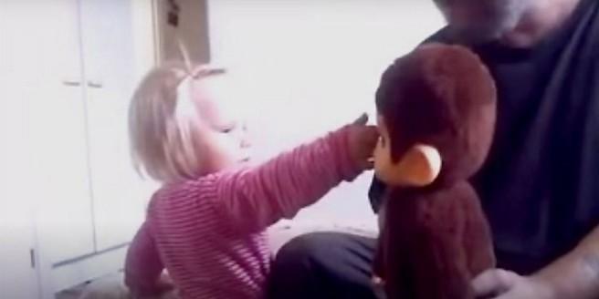 """В Финляндии оштрафованы родители, учившие дочь избивать плюшевую обезьяну-""""мигранта"""""""