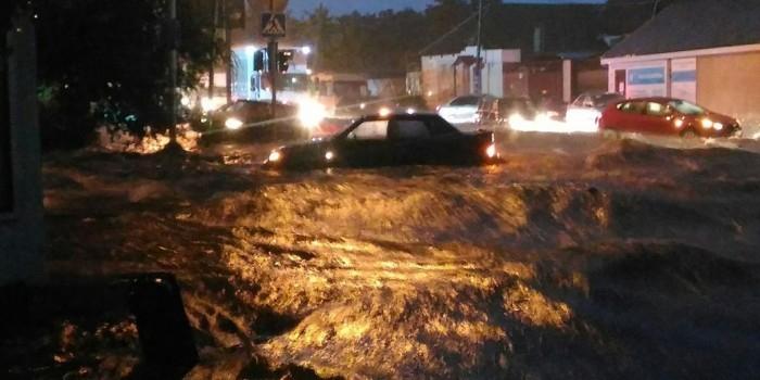 Наводнение в Ростове: затопленные улицы, оборванные провода, есть погибшая и раненые