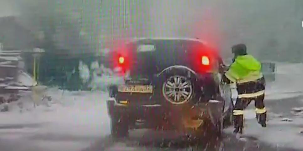 На Алтае инспектор бегом в стужу догнал внедорожник с пьяным водителем