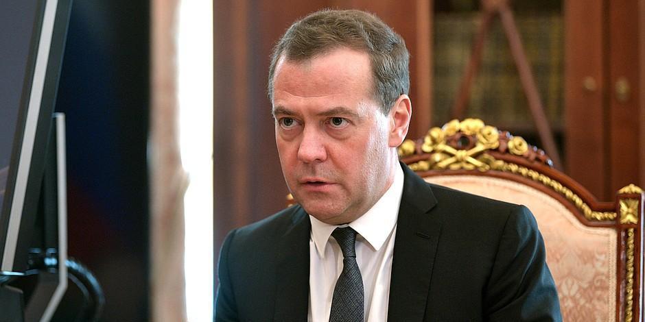 """Медведев призвал критиков """"встать с дивана"""" и помочь россиянам"""