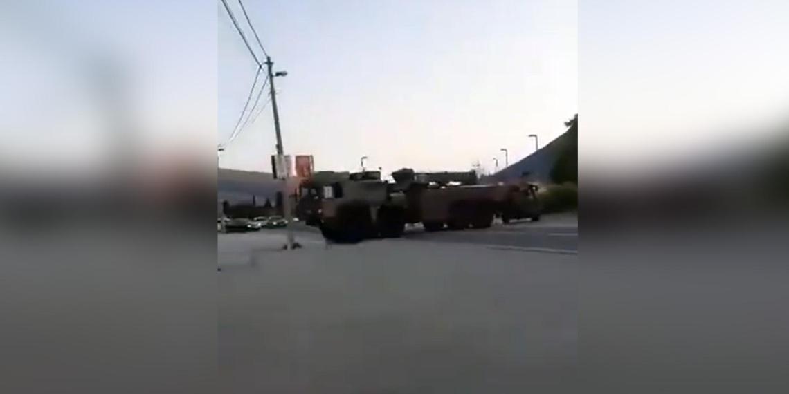 В Боснии на марше НАТО сломалась бронемашина, а эвакуировавший тягач снес столб