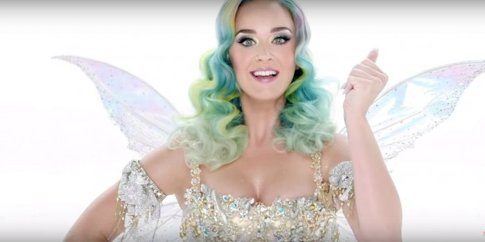 Кэти Перри исполнила новую песню в рождественском клипе