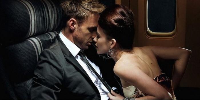 Заскучавшая в самолете парочка прилюдно занялась сексом и попросила снять это на видео