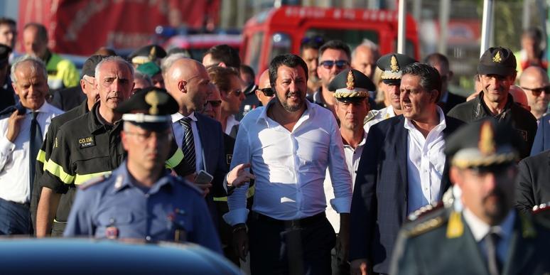 Итальянский вице-премьер закрывает аэропорты для приема беженцев