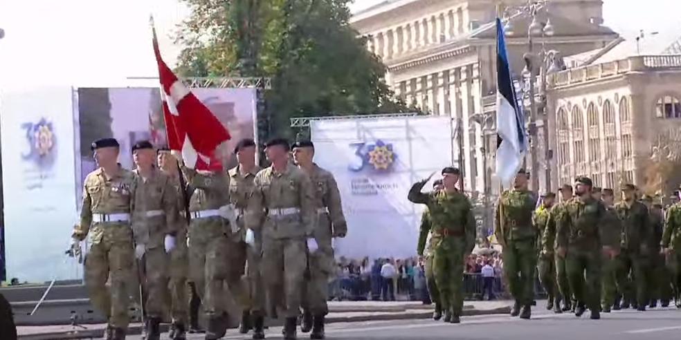В честь Дня независимости Украины солдаты НАТО прошли по центру Киева