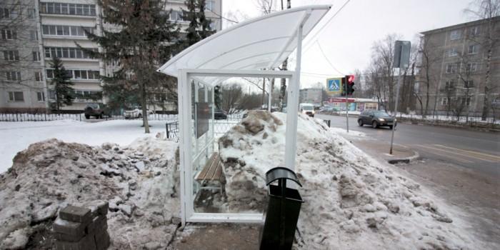 """Транспортники Твери """"вмонтировали"""" автобусную остановку в сугроб"""