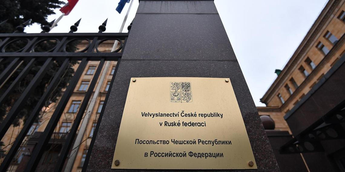 Посольствам Чехии и США запретили нанимать россиян на работу